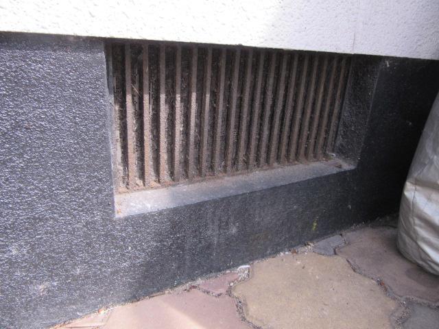 基礎の部分も塗膜の劣化があります。また鉄部分もサビて腐食がすすんできています。