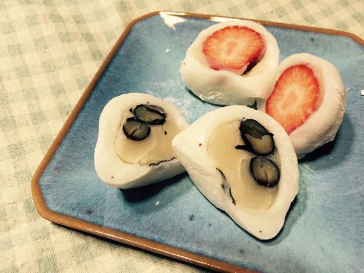 玉野市長尾の菓子司「かわた」のいちご大福と黒豆大福の写真