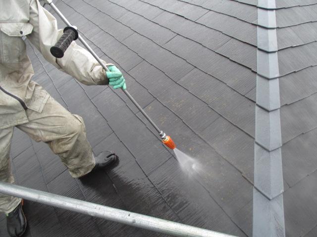 カラーベストの屋根を高圧洗浄中。黄色いコケも生えてますね。