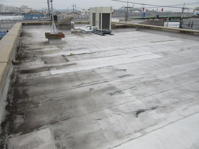 岡山市南区某通信システム会社屋上の施工前の状況写真