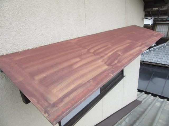 庇の上も塗りムラ跡がはっきりと…。