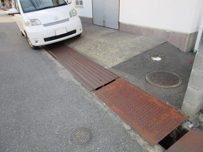 倉敷市H様店舗前溝の縞鋼板 施工前