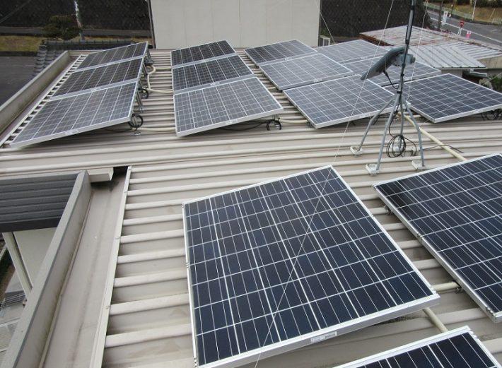 赤磐市T様邸の屋根に設置されている太陽光パネルの施工前の状態